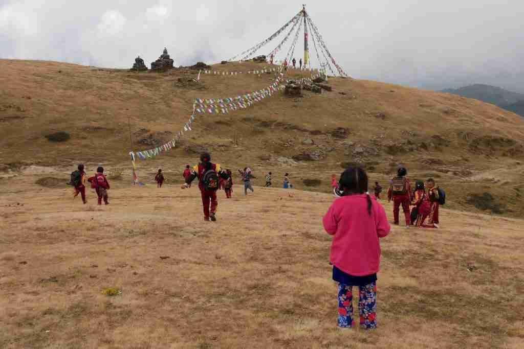 Kinderen op een wandeltocht in de heuvels van Sailung Nepal