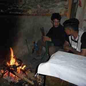 Projectpagina kookkachels mensen warme zich binnen aan open vuur