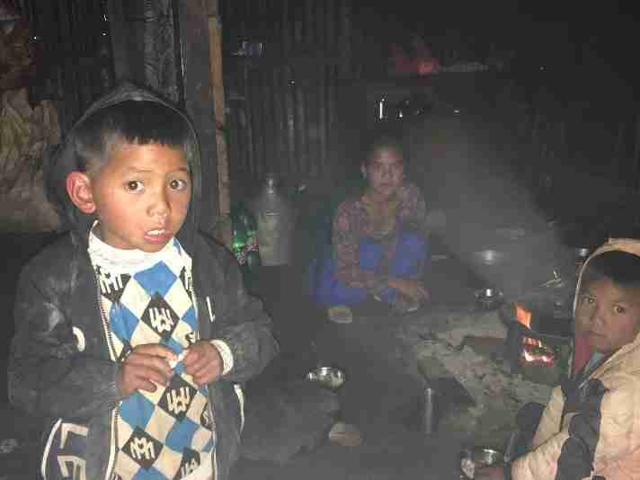 Kochherde Familie am Holzfeuer Sailung Nepal 2019