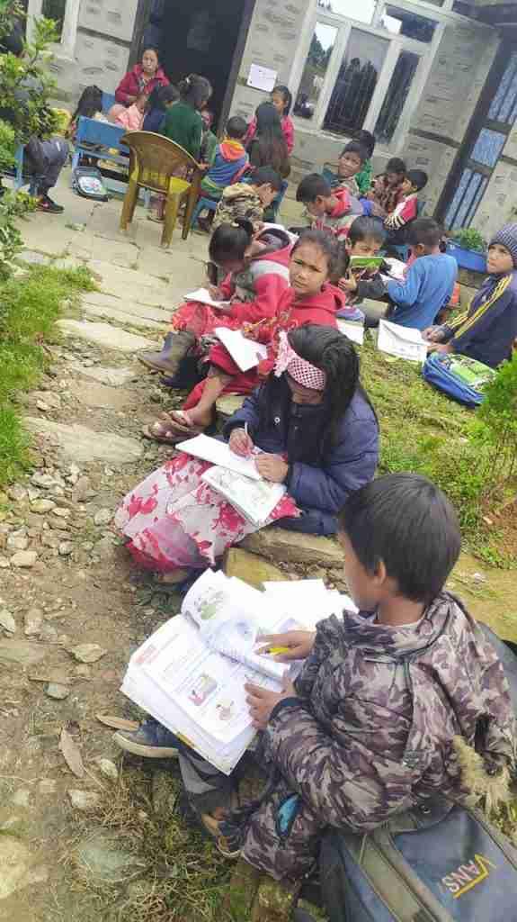 viele Kinder zeichnen Sailung Children Day